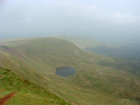 6._Brecon_Beacons_National_Park_widok_na_jezioro_Llyn_Cwm_Llwch_spod_Corn_Du