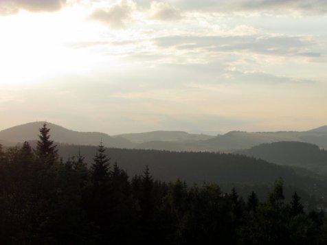 Widok_sprzed_schroniska_pod_muflonem_w_kierunku_Karkonoszy_lato