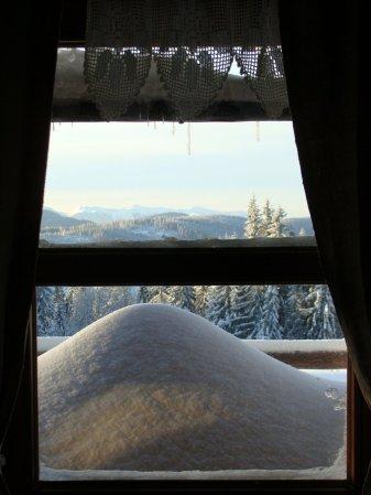 Zimowy_widok_z_jadalni_bacowki_na_Krawculi